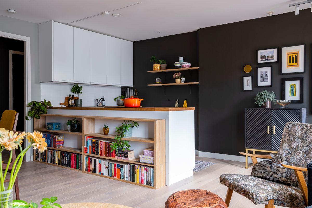 Heimdalsgata 37 Åpen løsning til et stilrent kjøkken som også ble pusset opp i 2019. Hvite, slette fronter og benkeplate av trefiner.