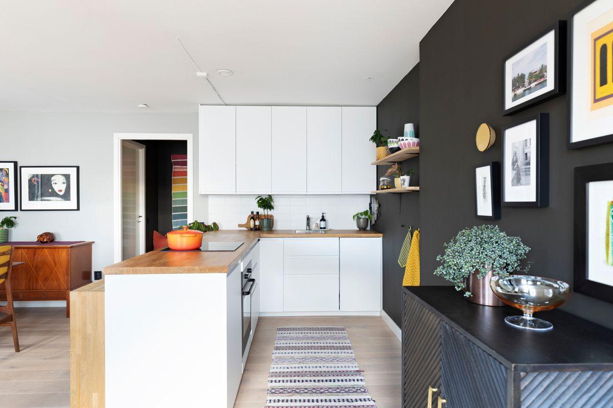 Heimdalsgata 37 Kjøkkenet er utstyrt med integrerte hvitevarer; induksjonstopp, komfyr, oppvaskmaskin og kjøleskap under benk.