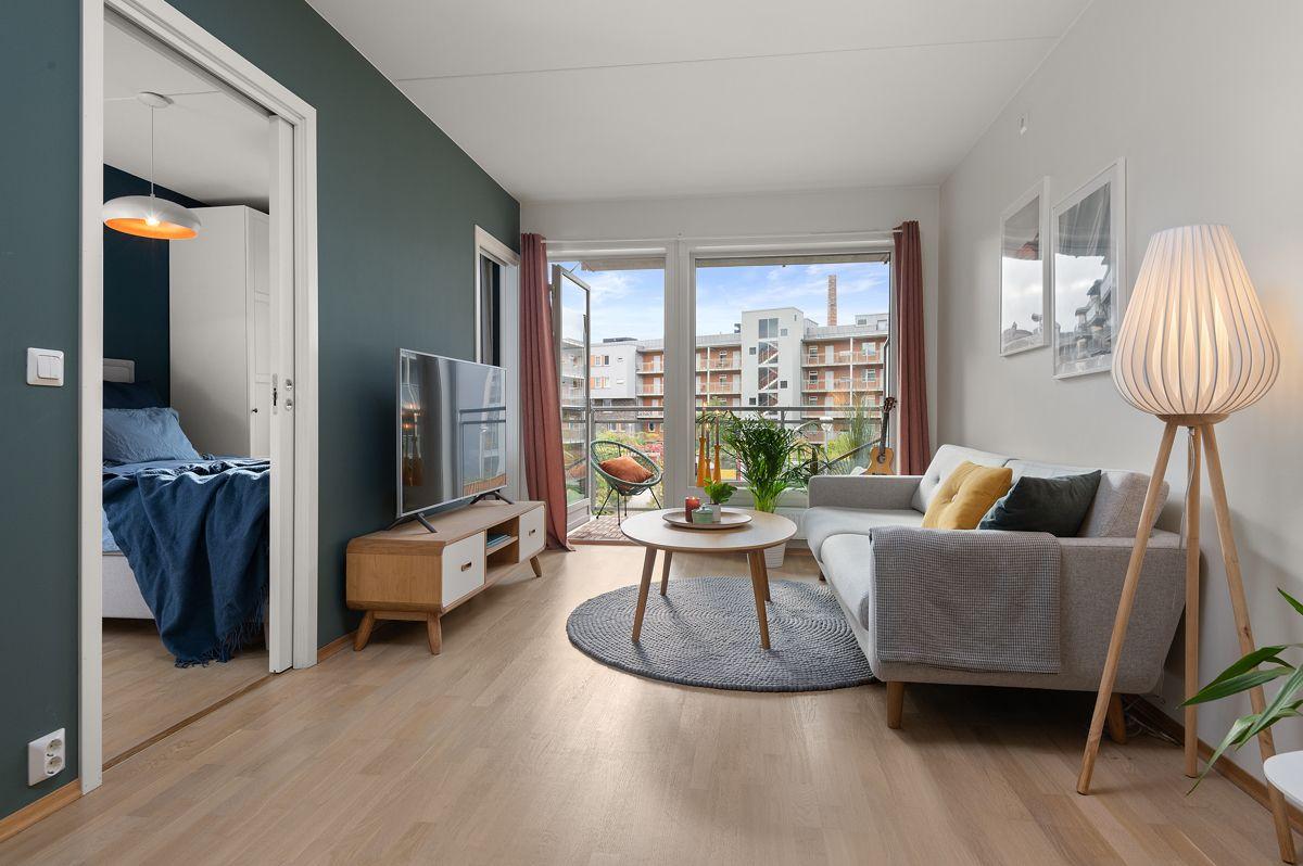 Malmøgata 2 - Lys stue med god plass til sittegruppe, spisebord, bokhylle og reol -