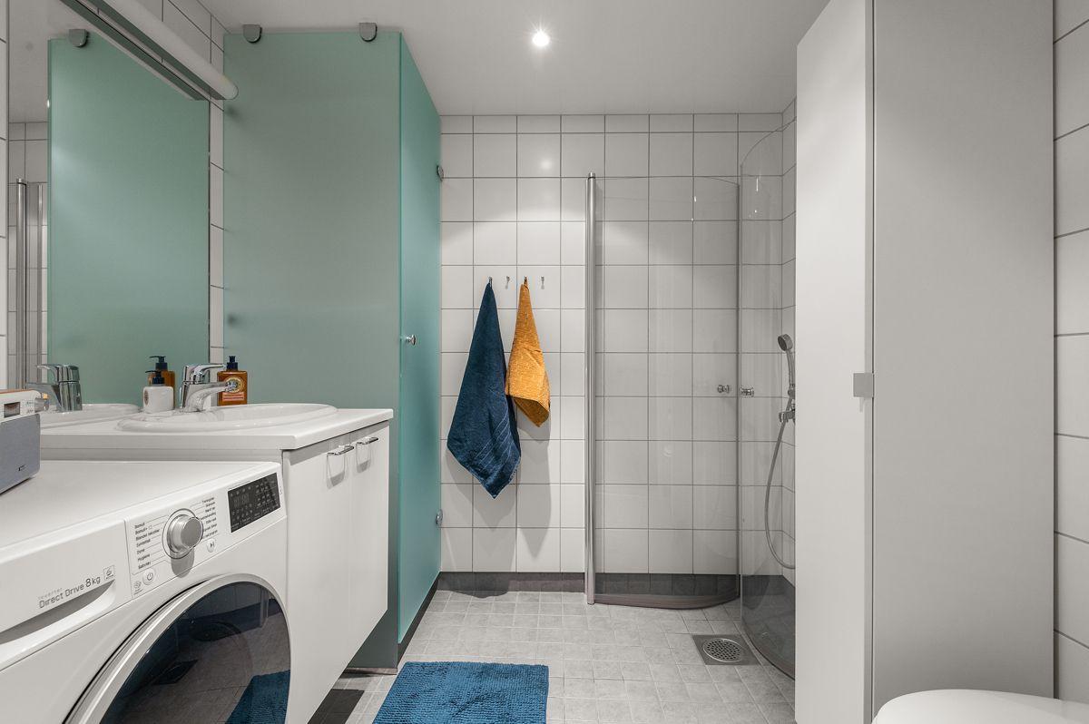 Malmøgata 2 - Stort, tidsriktig bad (nytt 2014) med dusjnisje med innfellbare dusjdører, vegghengt toalett, servant med skap og speil -