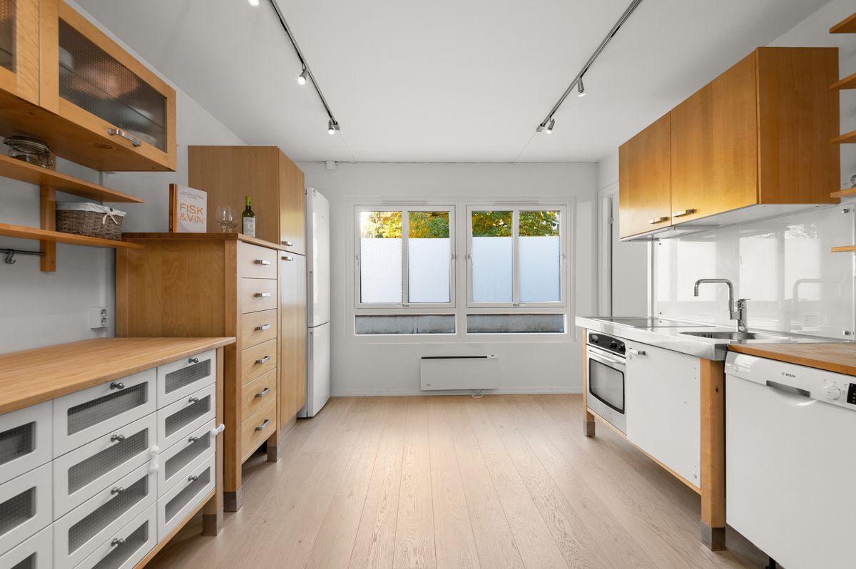 Larviksgata 4 Kjøkkenet har benkeplate i heltre, nedsenket oppvaskkum, ventilator med belysning og kullfilter.