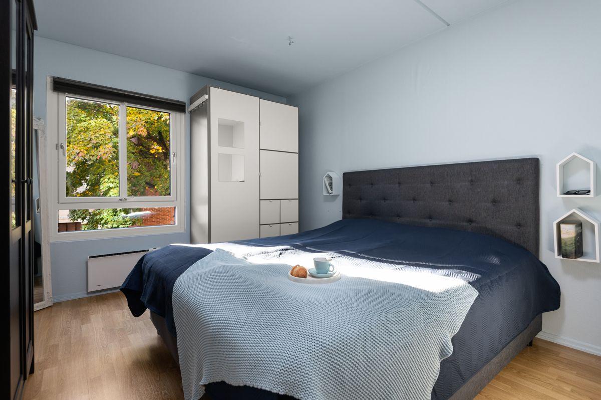 Larviksgata 4 Hovedsoverom - stort og lyst rom med plass til dobbeltseng med tilhørende garderobeløsning.