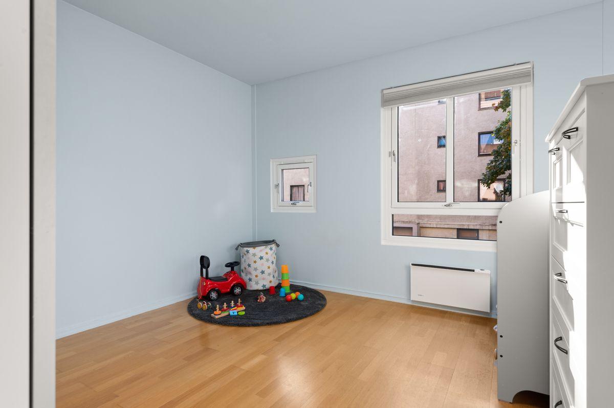 Larviksgata 4 Soverom 2 - Lyst og romslig soverom med gode vindusflater som gir naturlig lys.
