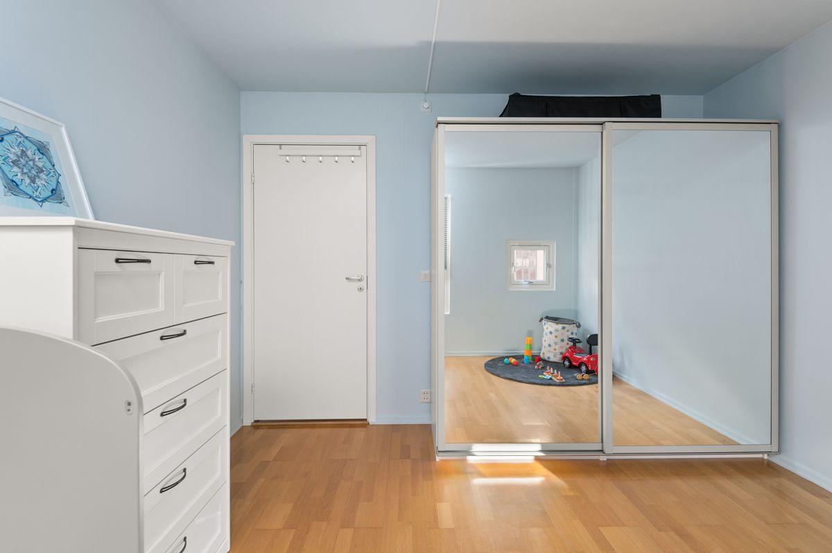 Larviksgata 4 Her har du også gode oppbevaringsmuligheter i garderobeskap og kommode.