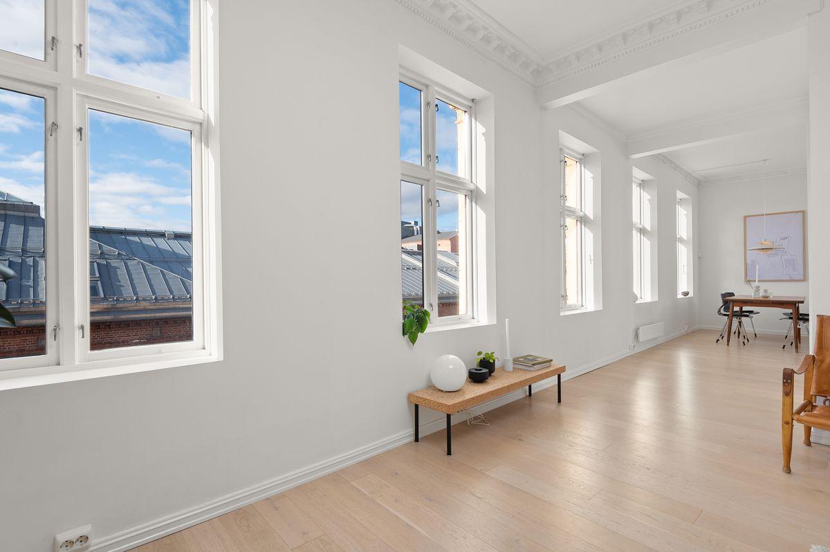 Seilduksgata 2 B - Mellomgang mellom stue / kjøkken og den flotte rekken med vinduer -