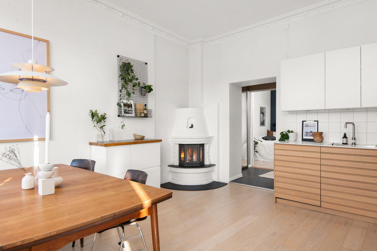 Seilduksgata 2 B - Kjøkkenet har en pen, moderne innredning fra Kvik (ny 2019) med hvite, glatte overskap og profilerte underskap, samt god skap- og benkeplass -