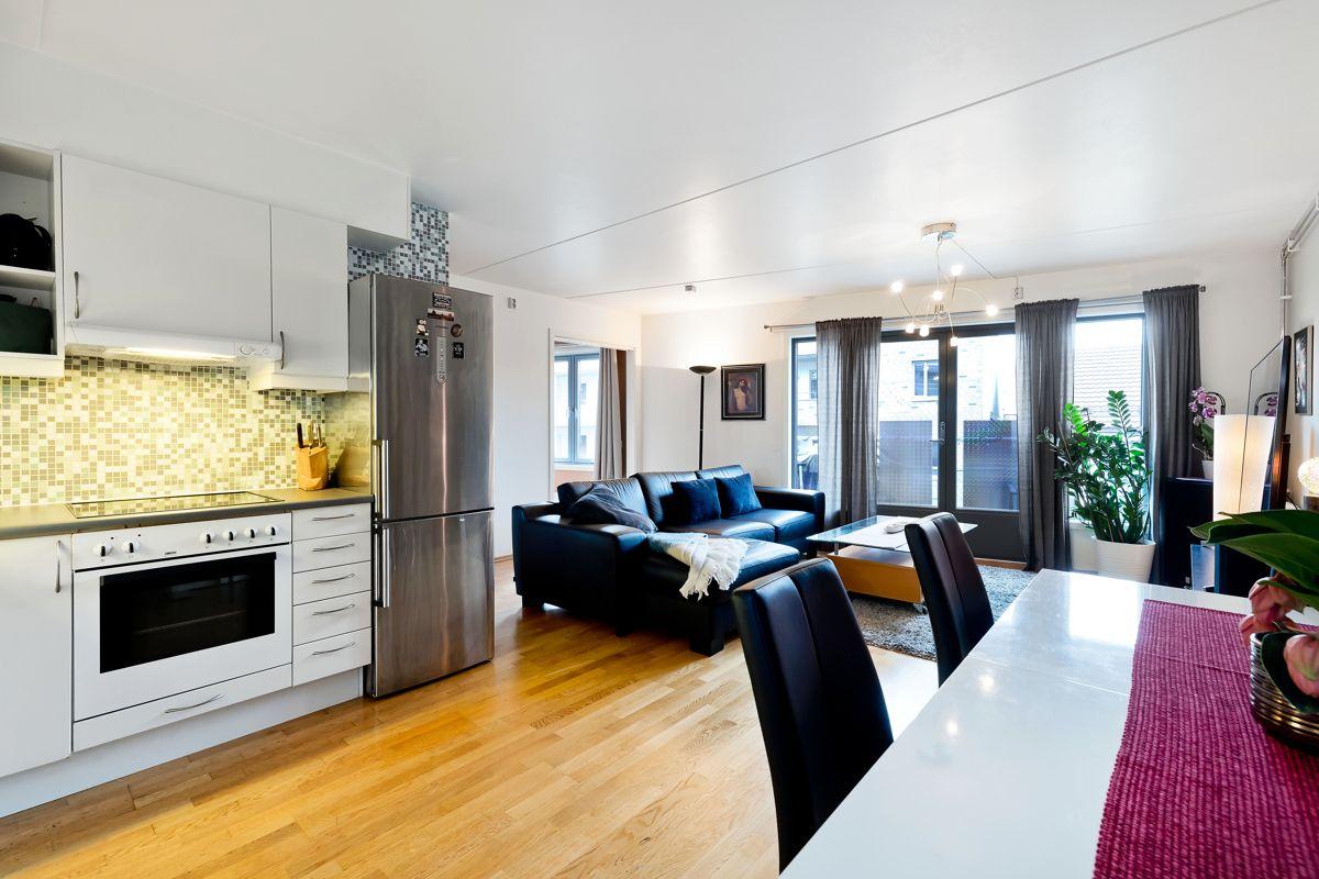 Herslebs gate 17A Romslig stue med åpen løsning mot kjøkken.
