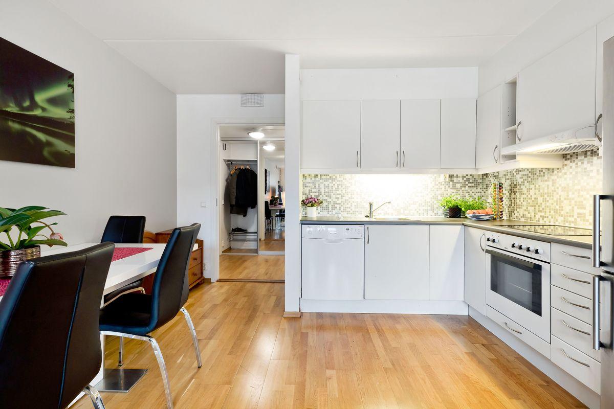 Herslebs gate 17A I tilknytning til kjøkkenet er det også plass til spisestue.