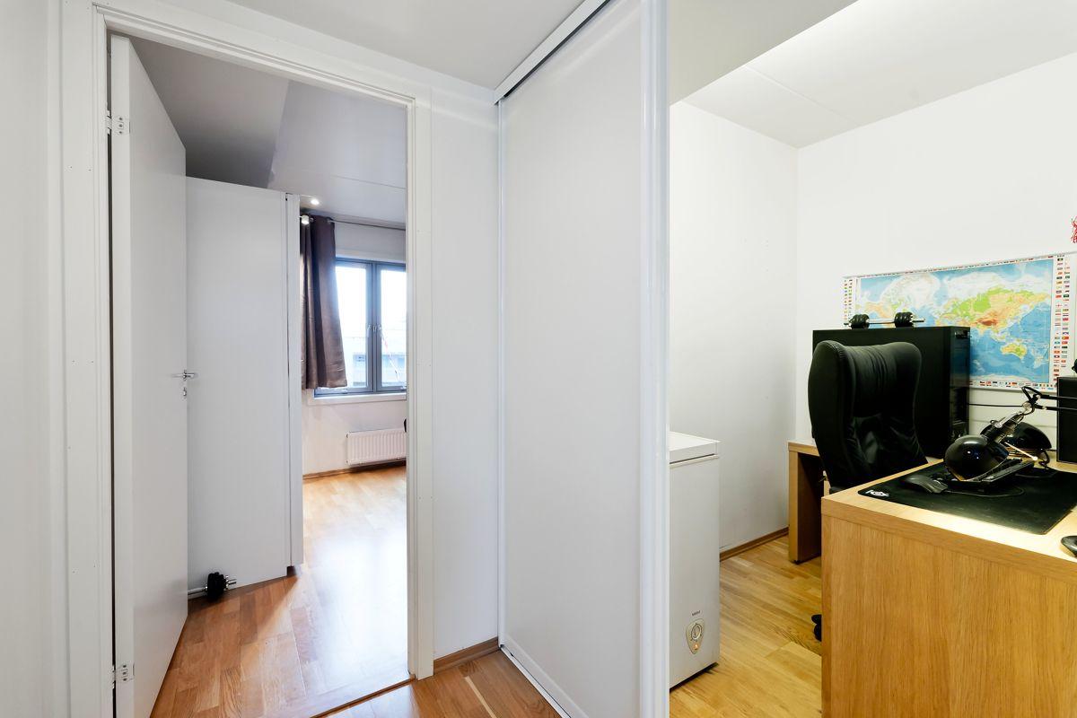 Herslebs gate 17A I mellomgangen til hovedsoverommet er det en nisje til kontor eller walk in closet.