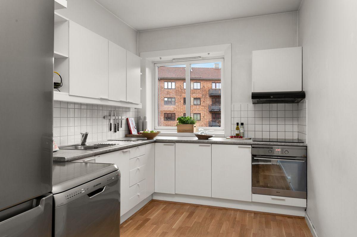 Telemarksvingen 4 - Flott, romslig kjøkken med lyse, glatte fronter (nye 2010) og god skap- og benkeplass -
