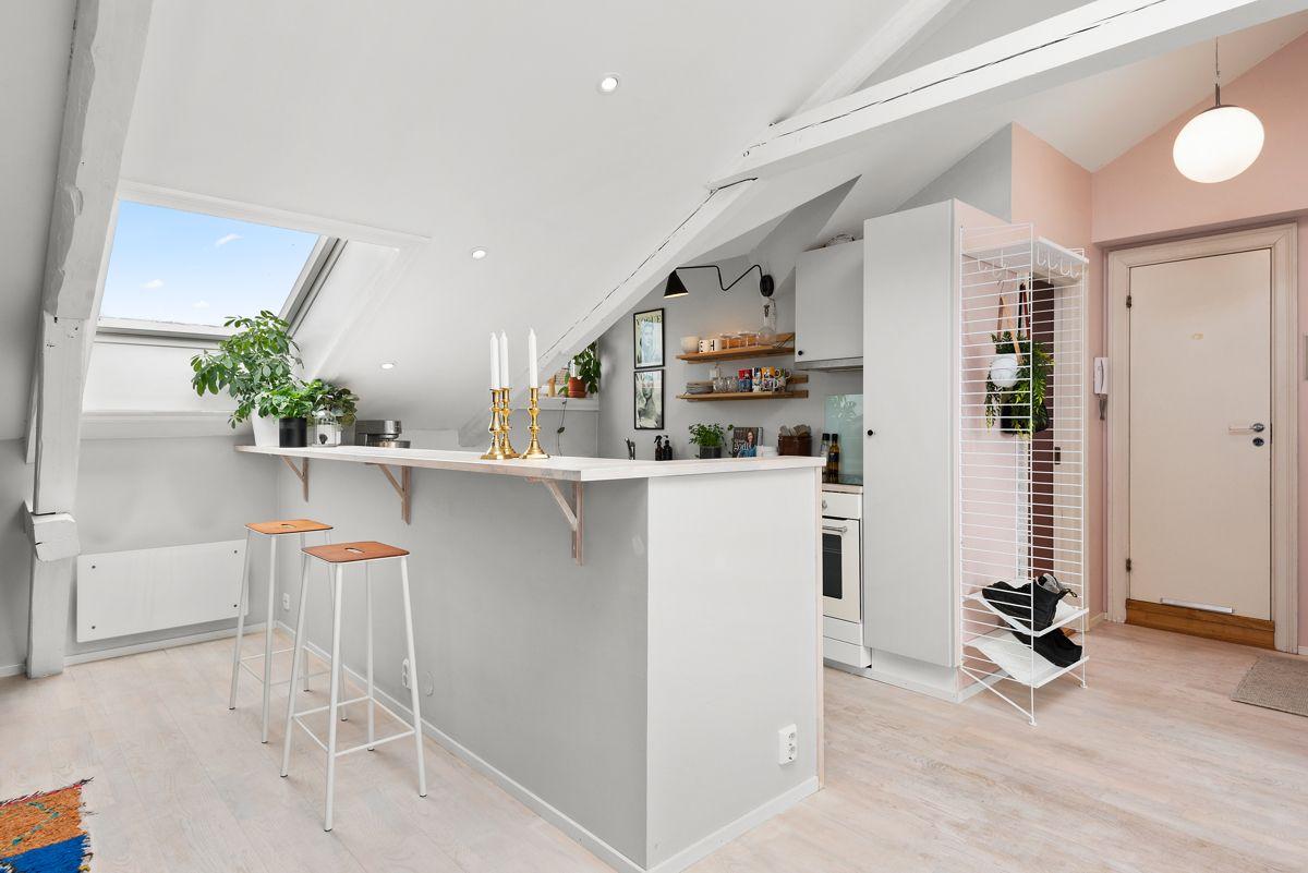 Grüners gate 7 - Praktisk barløsning som skaper et naturlig skille mellom kjøkken og stue -