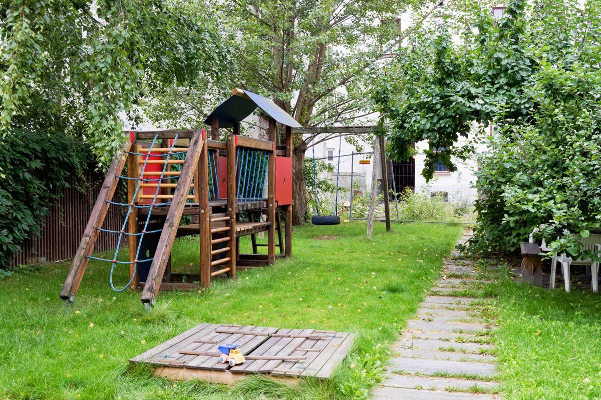Helgesens gate 11 Lekeapparater i bakgård.
