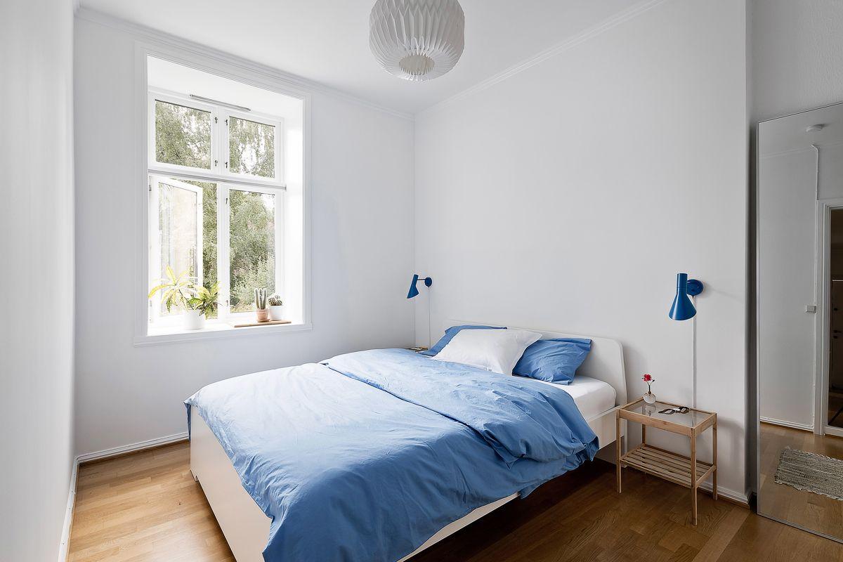Helgesens gate 11 Romslig soverom med plass til dobbeltseng og tilhørende møblement.