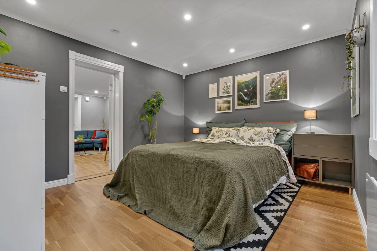 Martin Skatvedts vei 5B Boligen har to flotte soverom av gode størrelser og som har malte flater i lyse farger. Gulvene er belagt med parkett fra 2015.