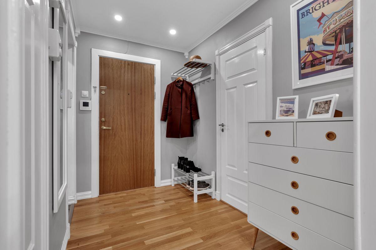 Martin Skatvedts vei 5B Du har naturlig plass til en kommode/skohylle og rikelig med plass til knagger for å henge av deg yttertøy.