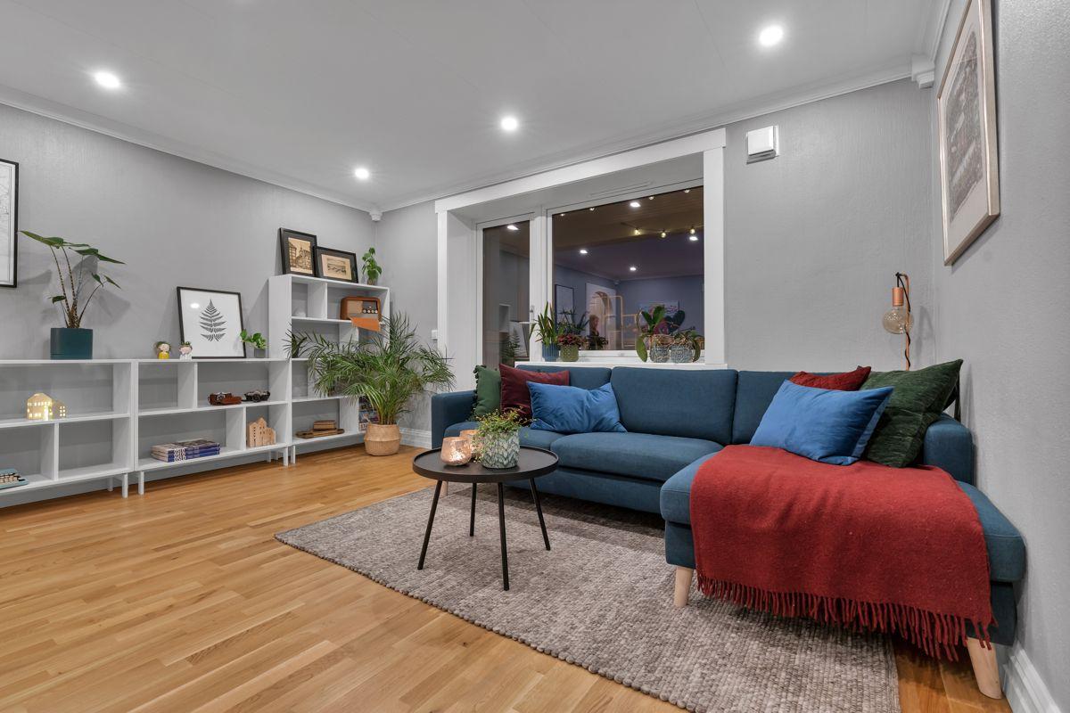 Martin Skatvedts vei 5B Størrelsen muliggjør store og sosiale soner. Her er det naturlig plass til både sofagruppe, spisebord og TV.