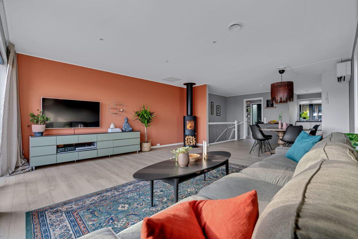 Hektnerhagan 164 Stuen er lysmalt med slitesterkt laminat på gulv og et trivelig oppholdsrom for familien.