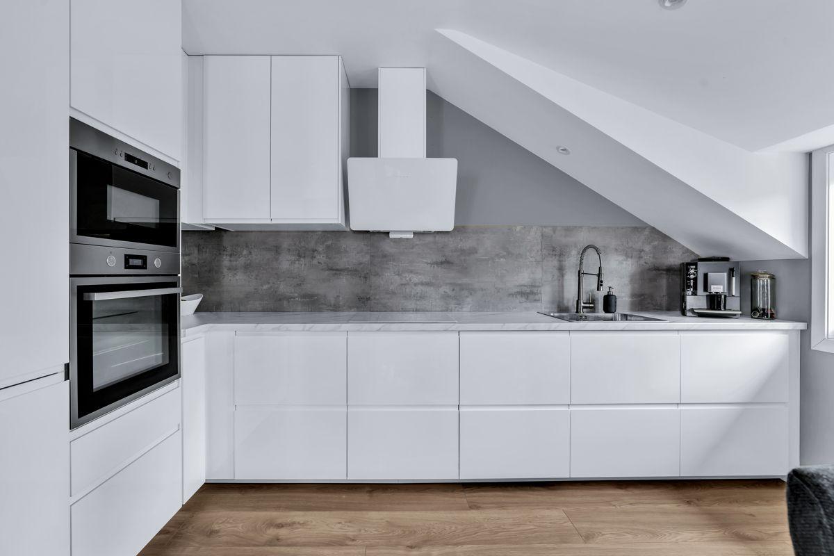 Høybråtenveien 124E Flott kjøkken med praktisk og velfungerende løsning. Godt med både skap- og benkeplass.