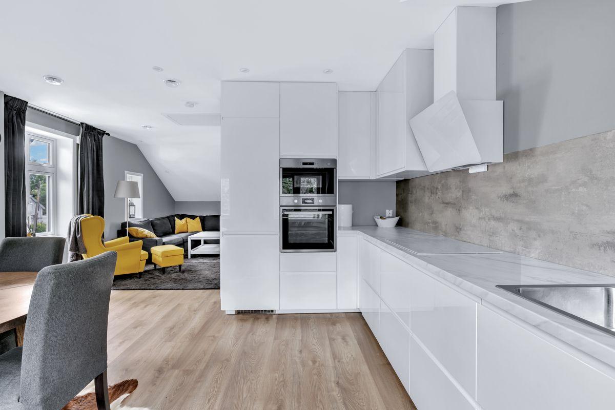Høybråtenveien 124E Kjøkkenet er utstyrt med integrerte hvitevarer.