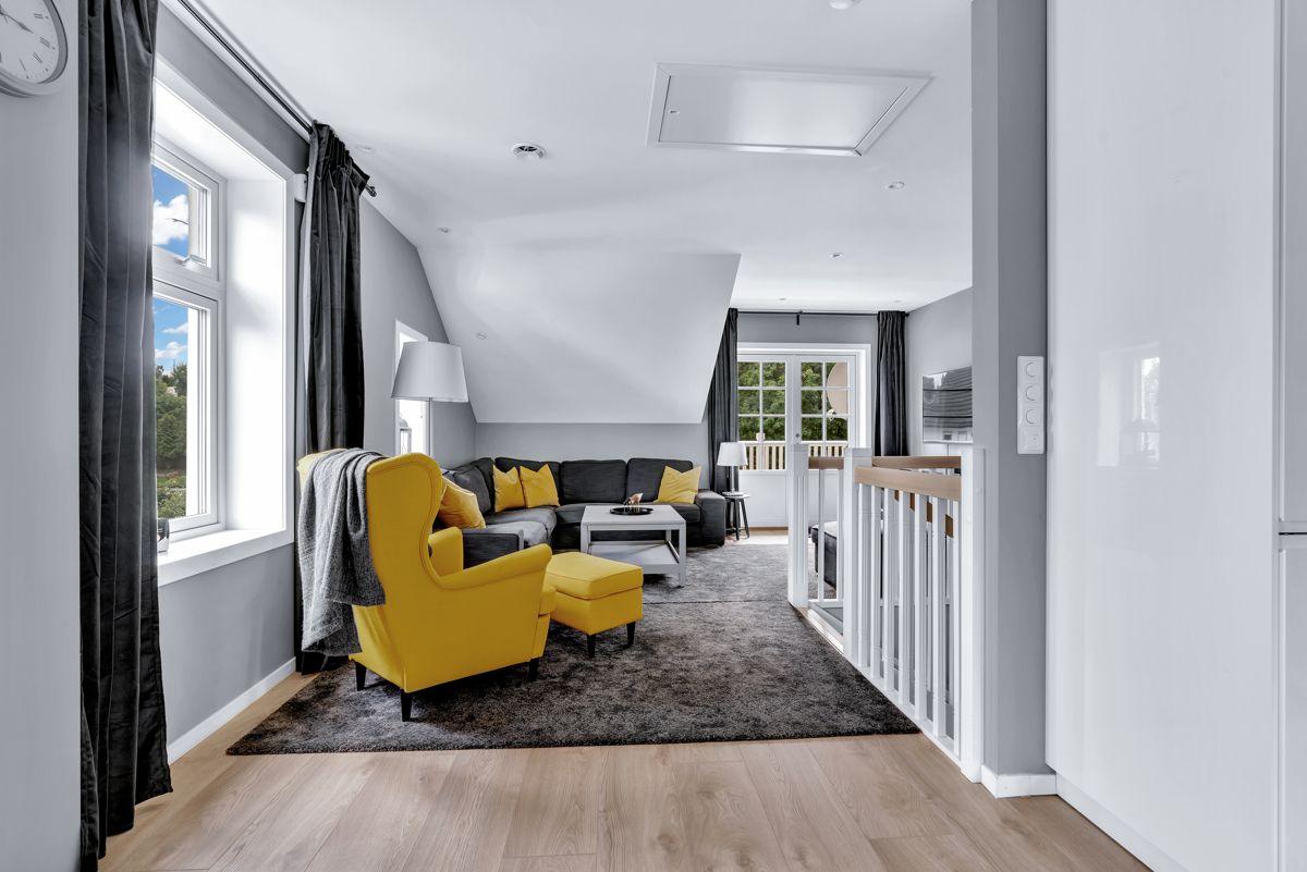 Høybråtenveien 124E Det er vindusflater fra flere vinkler som slipper inn rikelig med naturlig lys i boligen.