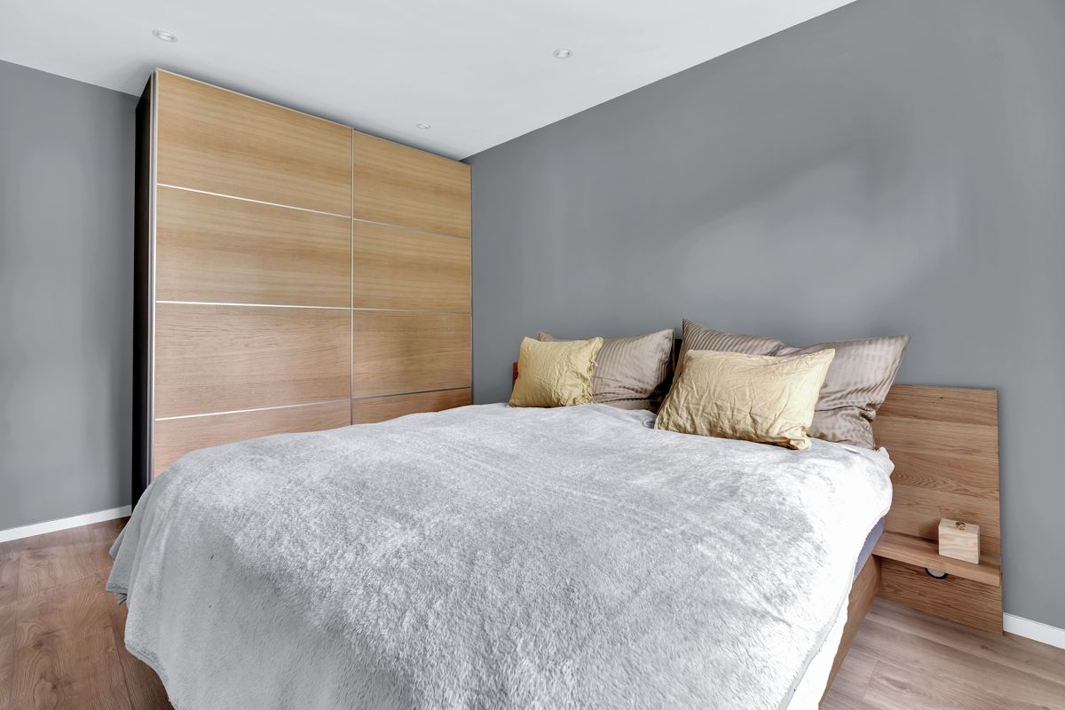 Høybråtenveien 124E Boligen har hele 3 flotte soverom av gode størrelser.