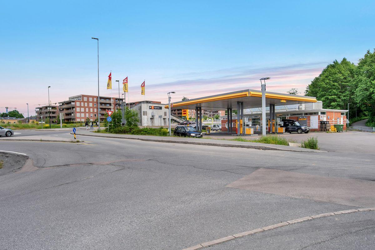 Gjønnesjordet 10 I dag står det en bensinstasjon med to pumper, en vaskehall, bilpleiesenter og et gatekjøkken på eiendommen.