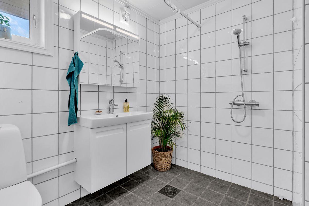 Holtestubben 3 Badet i 1. etasje er fra ca. 1990 og har flislagt gulv med gulvvarme og flislagte vegger.