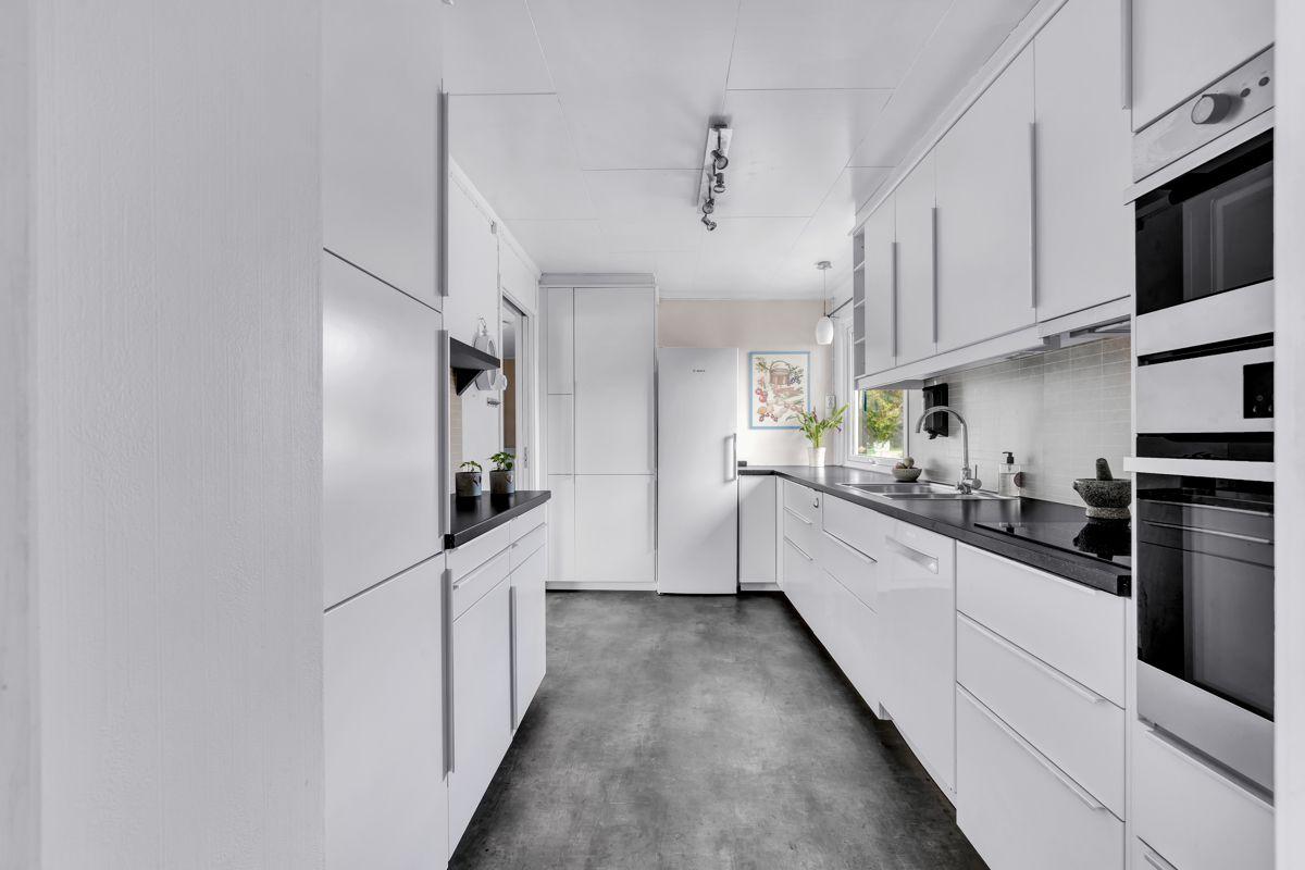 Holtestubben 3 Tidløst og lekkert kjøkken fra 2017 som har innredning med hvite, glatte fronter.