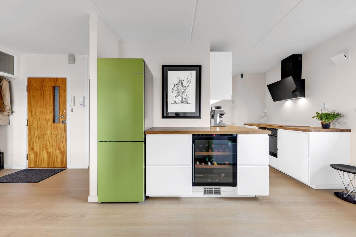 Traverveien 28 Moderne Ikea kjøkken fra 2018 med hvite, glatte fronter og heltre benkeplate i eik. Enkelt å bytte farge på kjøleskapdør.