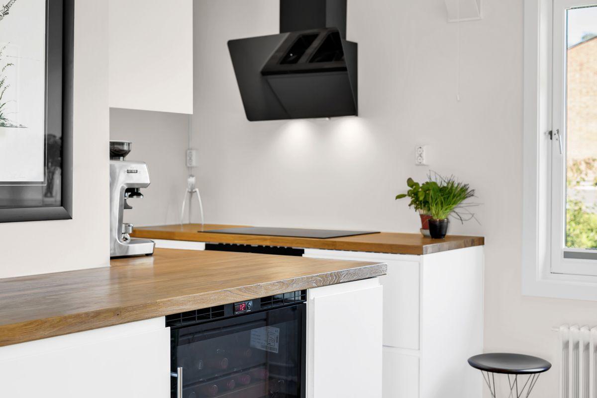 Traverveien 28 Kjøkkenet har innebygget vinskap som beskytte den fra lys og sørge for perfekt temperatur til enhver tid.
