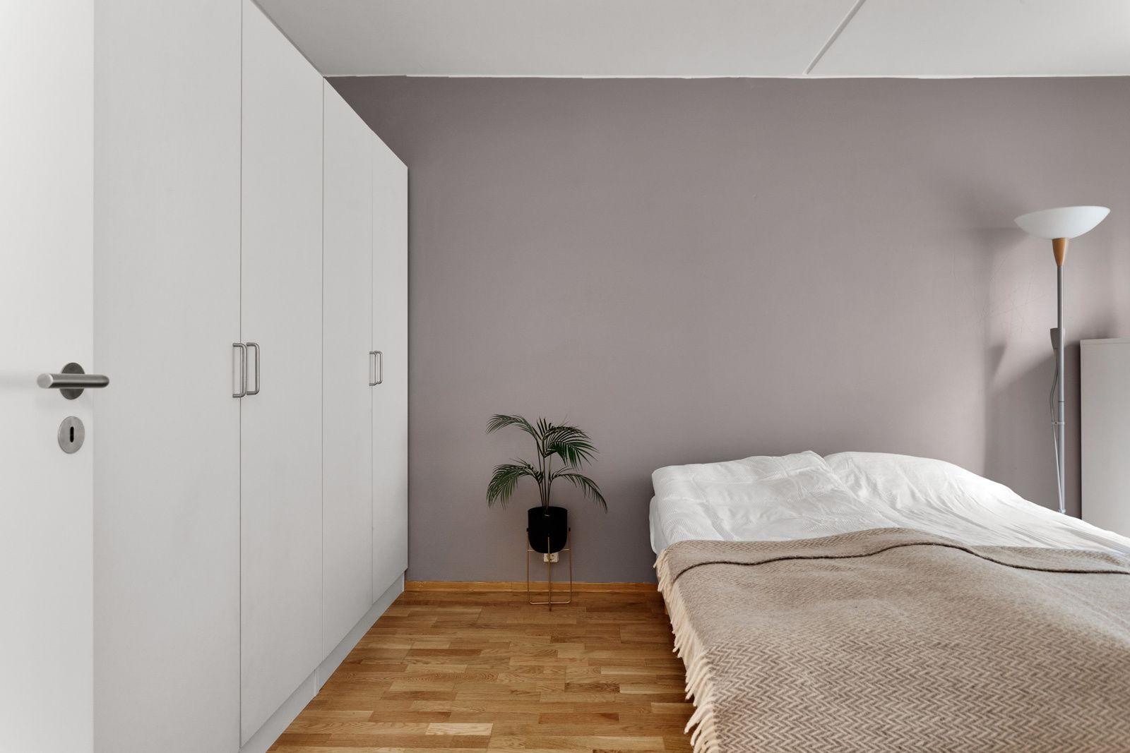Nydalen allé 23 Stort soverom med garderobeplass for 2 personer.