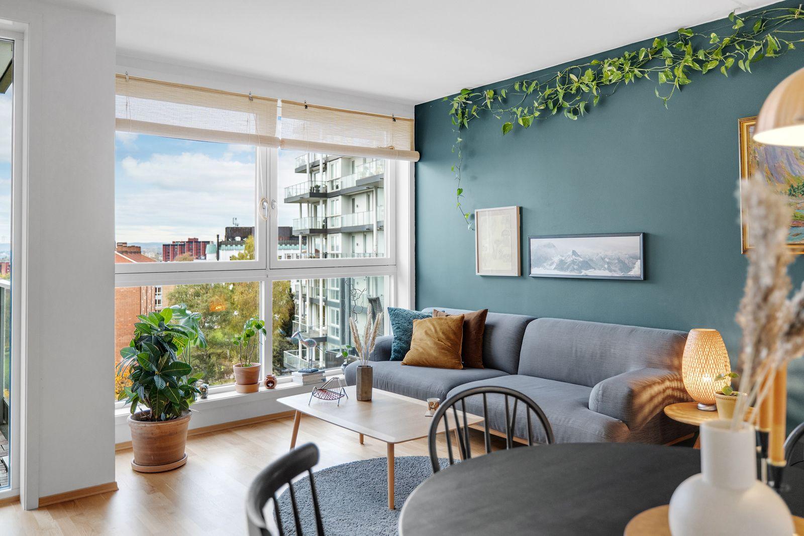 Hans Nielsen Hauges gate 37 F Stuen får inn godt med naturlig lys fra de store vindusflatene.
