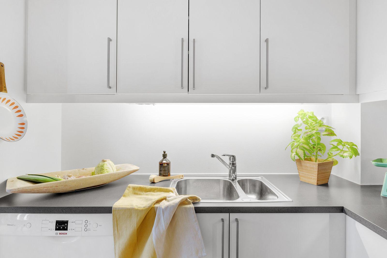 Hans Nielsen Hauges gate 37 F Videre inneholder kjøkkenet integrerte hvitevarer som komfyr, oppvaskmaskin, nedfelt platetopp og frittstående kjøleskap med frysedel.