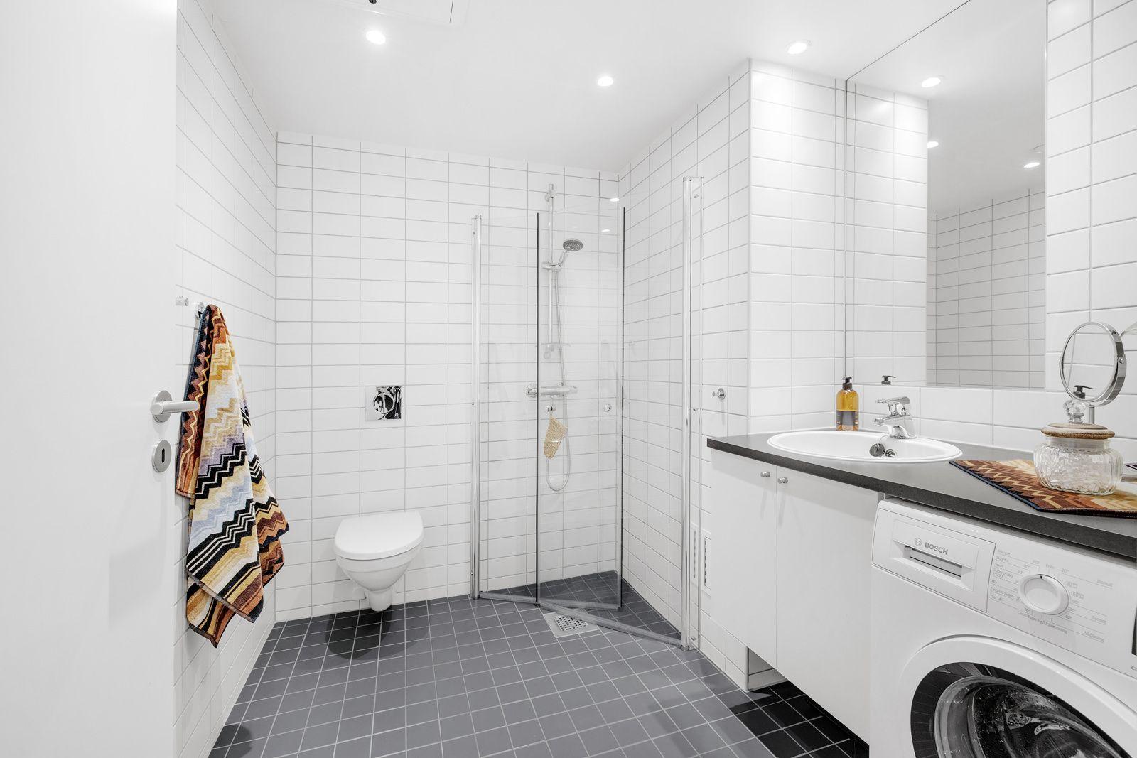 Hans Nielsen Hauges gate 37 F Flislagt og delikat bad fra byggeår. Badet inneholder: flislagte gulv og vegger, servantskap med glatte fronter, servant med ett greps armatur fra Gustavsberg, innmurt speil og vegghengt toalett.
