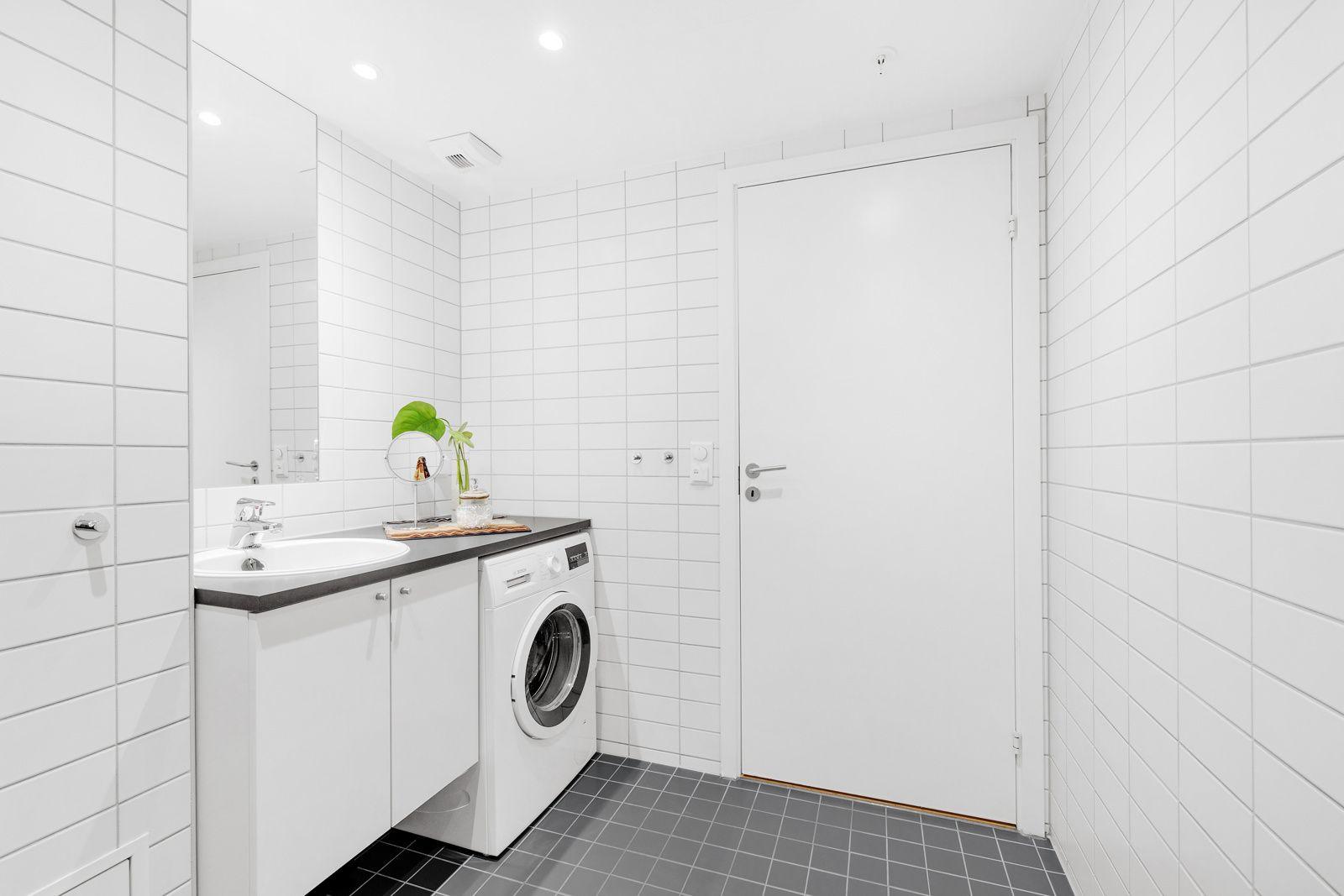 Hans Nielsen Hauges gate 37 F Videre inneholder badet dusjnisje med innfellbare glassdører (nye i oktober 2021), veggmontert hånddusj og avtrekksventil med mekanisk avtrekk.