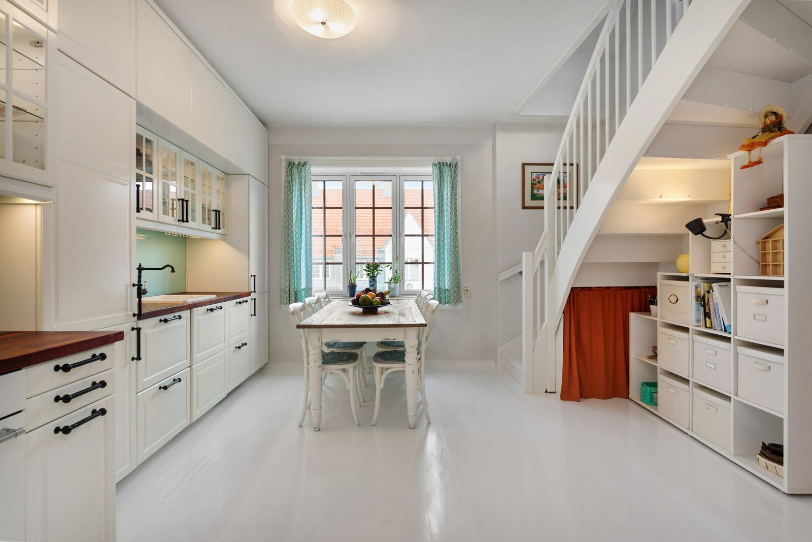 Bergensgata 18B Kjøkkeninnredning fra 2013 med profilerte lyse fronter samt overskap med glassfelt og belysning. Moderne og funksjonelt kjøkken som utnyttet den gode takhøyden, designet av en interiørarkitekt som har ledet montøren (de har bruk materialer fra både IKEA o