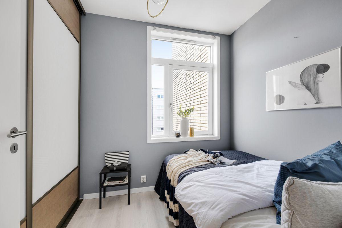 Gunnar Schjelderups vei 11L Soverom 2, som vil egne seg godt som barnerom, gjesterom eller kontor. Soverommet ligger tilbaketrukket fra resten av leiligheten, og vil være skjermet for støy fra resten av leiligheten.
