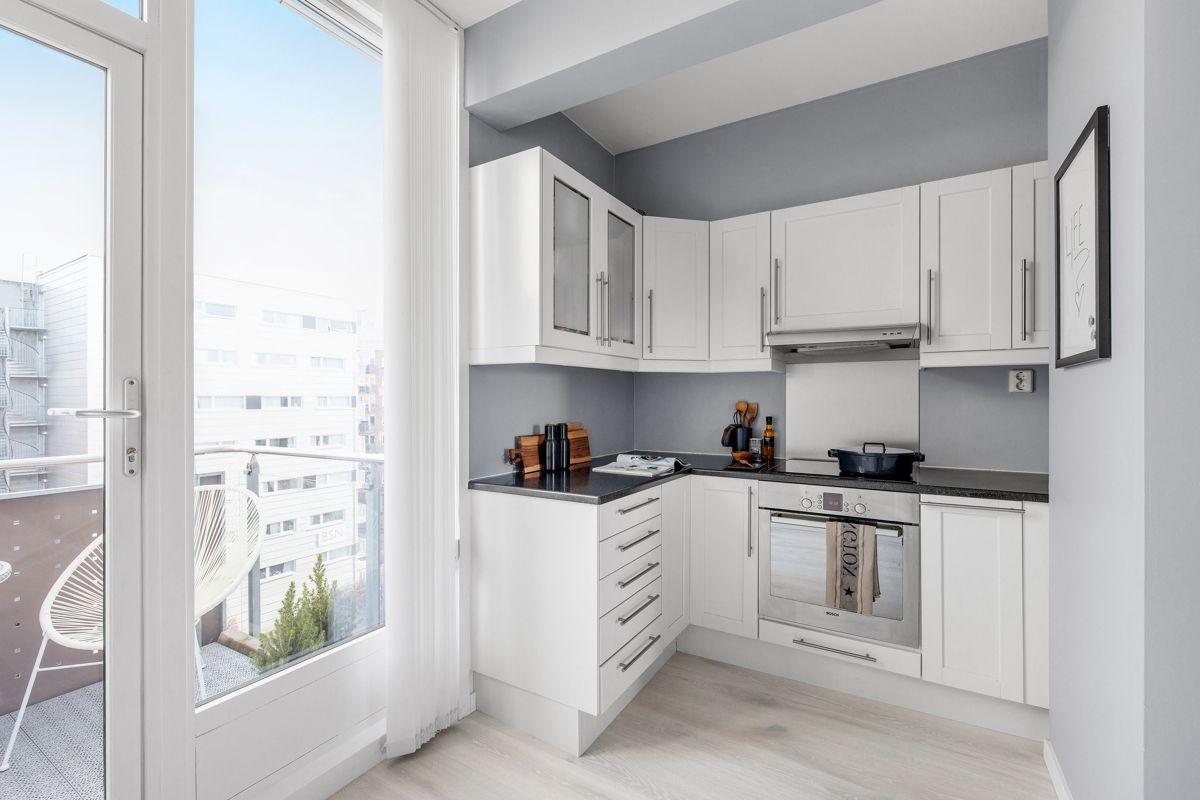 Gunnar Schjelderups vei 11L Utstyrt med hvitevarer som komfyr, platetopp, oppvaskmaskin, kjøl/ fryseskap samt ventilator over kokesone.