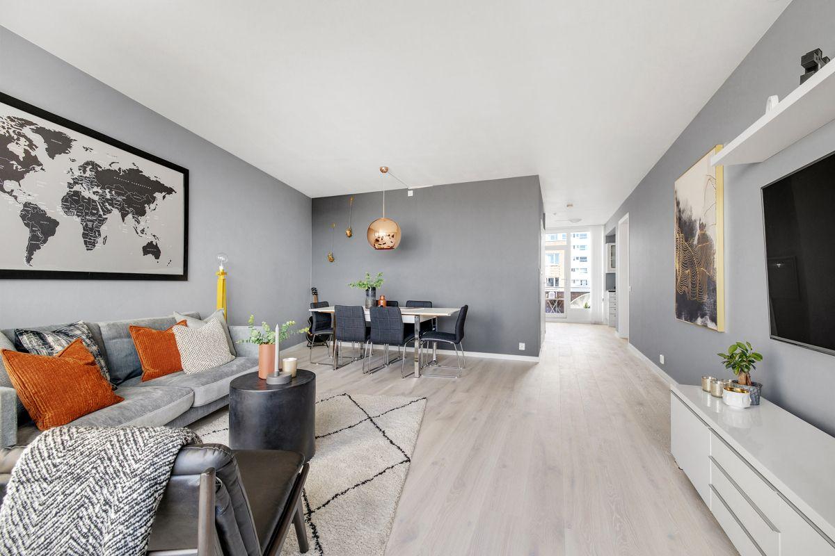 Gunnar Schjelderups vei 11L Med balkong i hver ende av leiligheten, kombinert med vindu fra gulv til tak - så oppleves stuen som svært lys og luftig. God takhøyde på 2,63m. Ny 1-stavs parkett (2020)