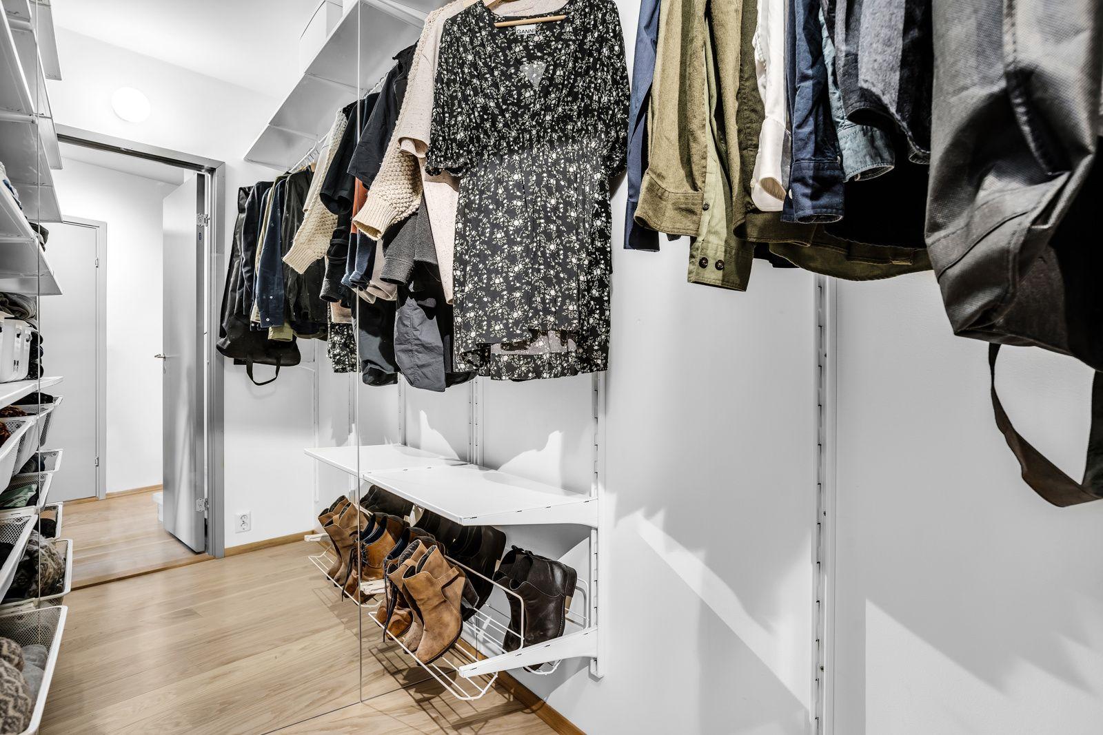 Konows gate 26N Fra gangen er det et praktisk walk-in closet på ca. 3 kvm med ulike oppbevaringsløsninger som gir god plass til oppbevaring av klær og det man måtte ønske.