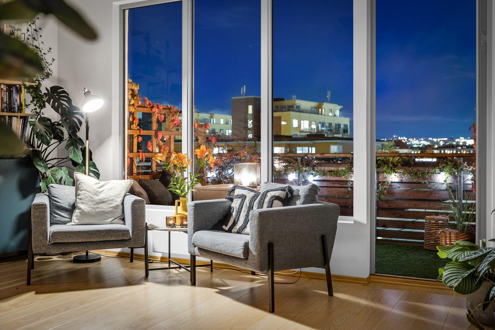 Konows gate 26N Vindusflatene strekker seg fra gulv til himling som gir godt med naturlig lys i boligen.