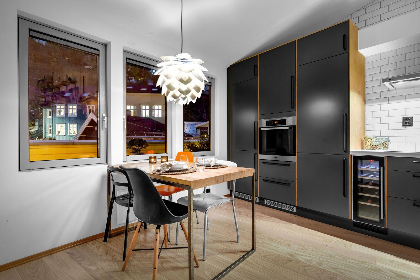 Konows gate 26N Kjøkkenet har en praktisk løsning med god plass til et stort spisebord.