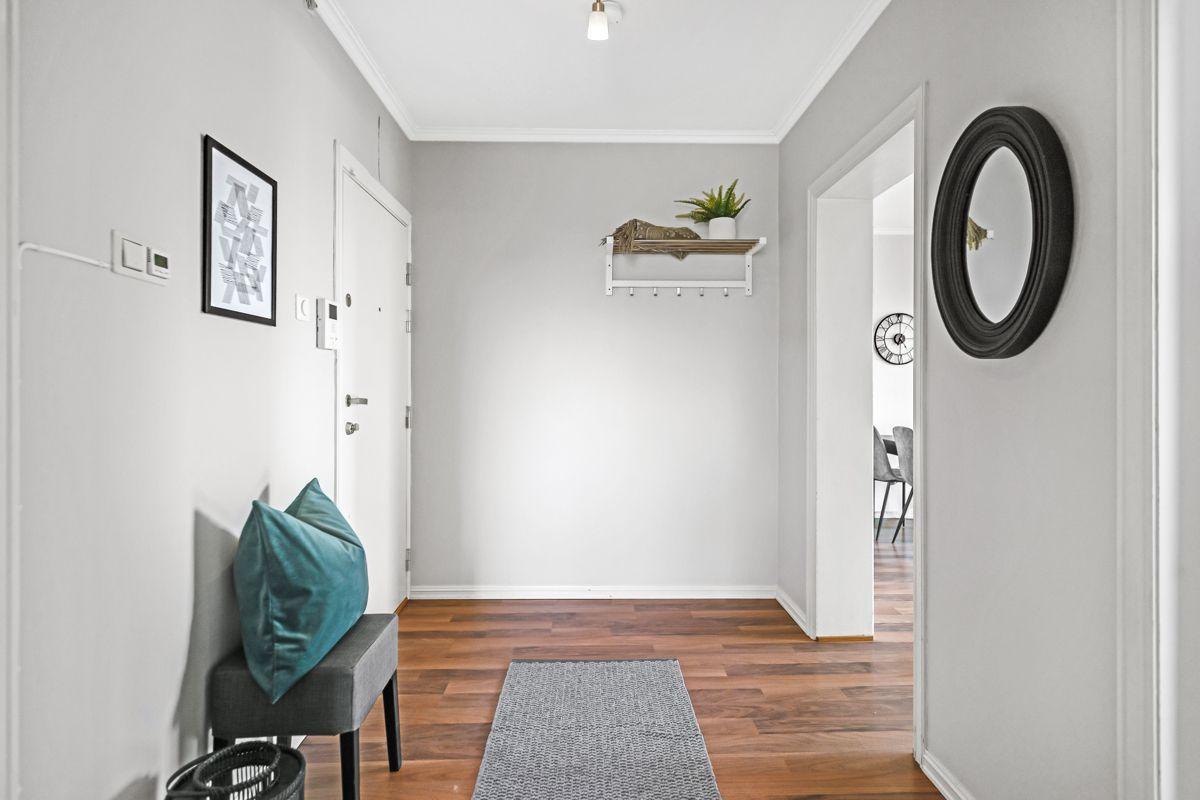 Spektrumveien 1 Når du kommer inn i leiligheten møtes du av en lys entré. Dette er et herlig ''første møte'' med boligen.