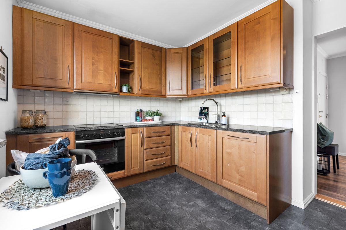 Spektrumveien 1 Det er godt med skap- og benkeplass på kjøkkenet for oppbevaring og matlaging.
