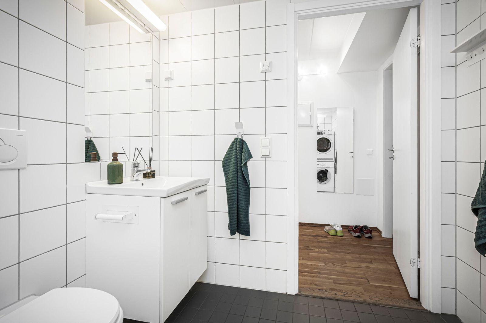 Alnagata 20B Baderommet inneholder servant med underskap, integrert speil med overliggende lyslist, toalett og dusj med svingbare dusjvegger.