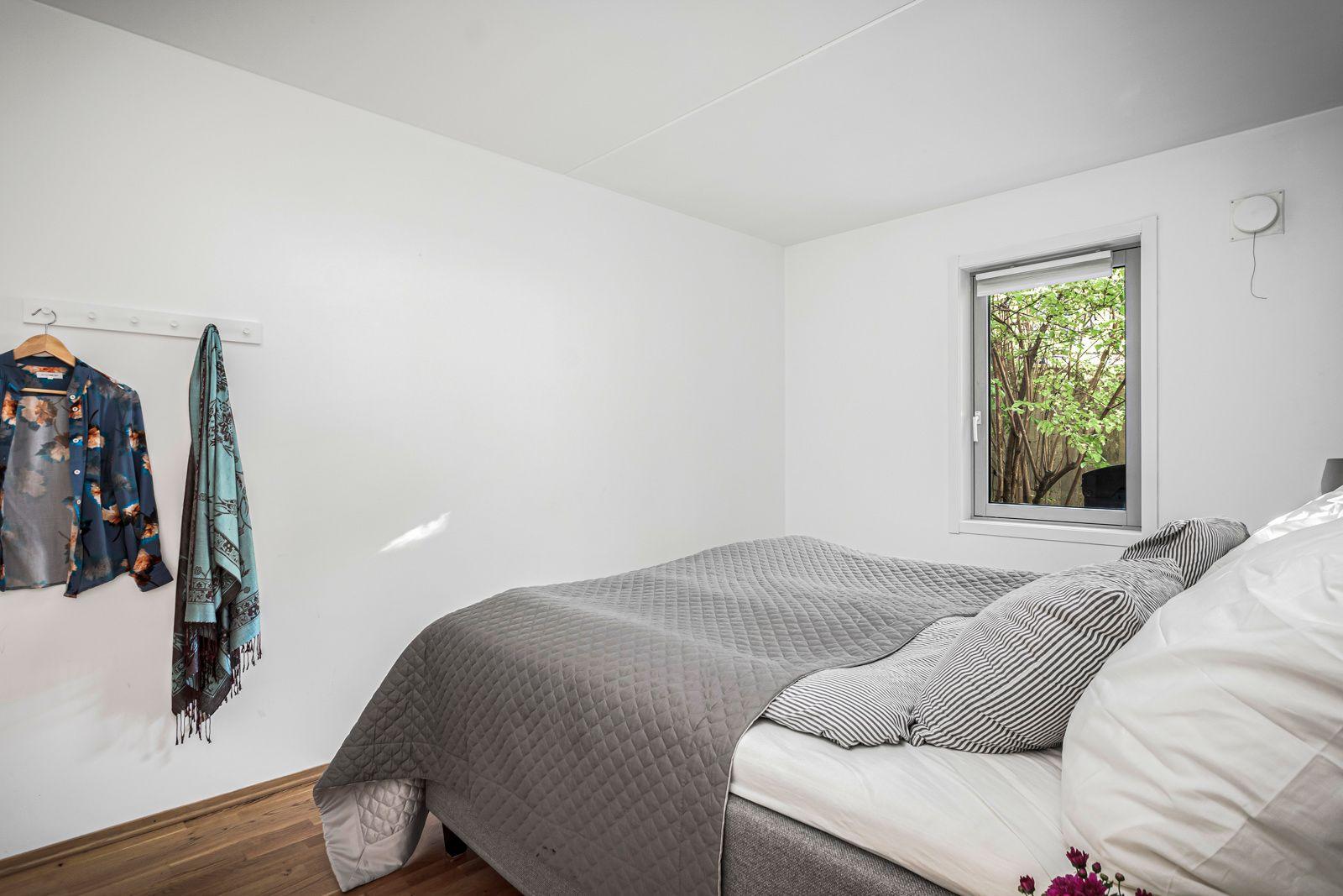 Alnagata 20B Soverommet har god plass til dobbeltseng, nattbord på hver side og øvrig møblement.