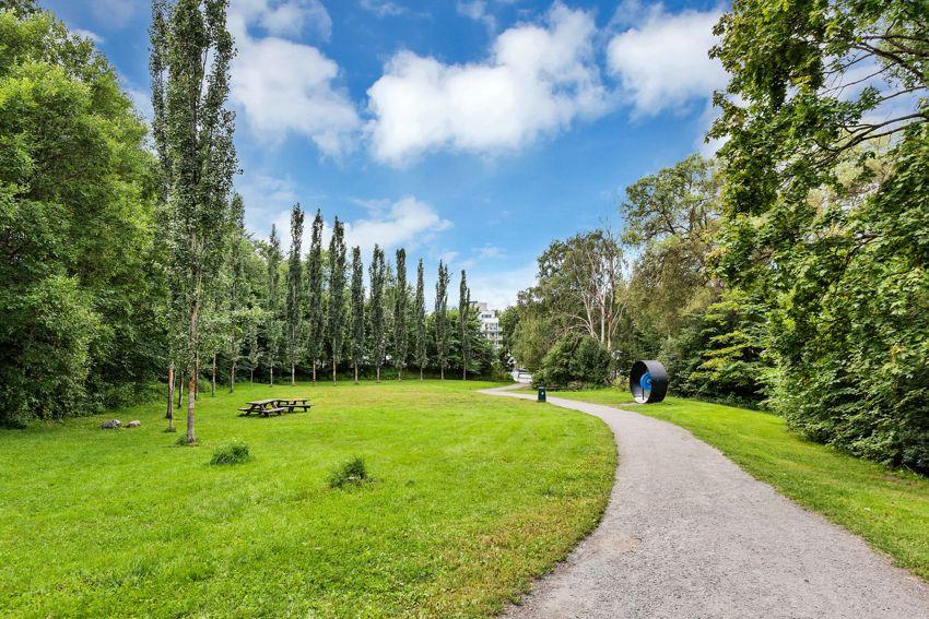 Alnagata 20B Boligen er omringet av flotte turmuligheter. Ekebergparken, Svartdalsparken og turstien langs Alnaelva er alle grønne lunger i nærheten
