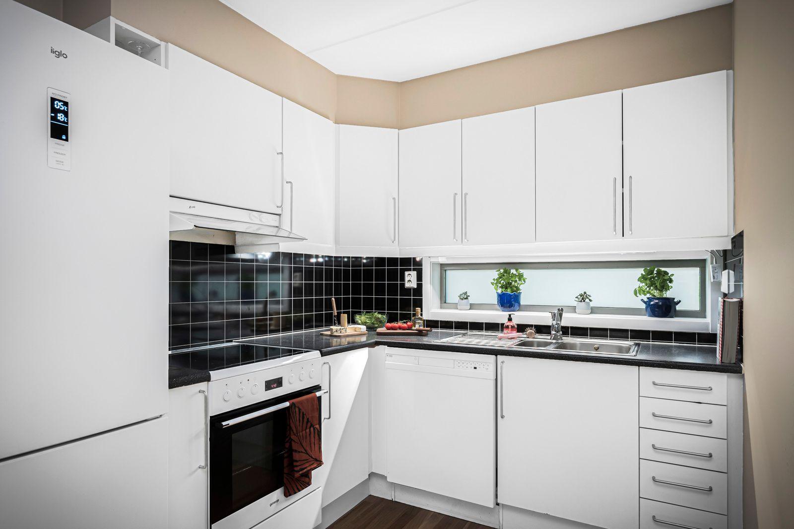Alnagata 20B Det er godt med skap- og benkeplass på kjøkkenet for oppbevaring og matlaging.