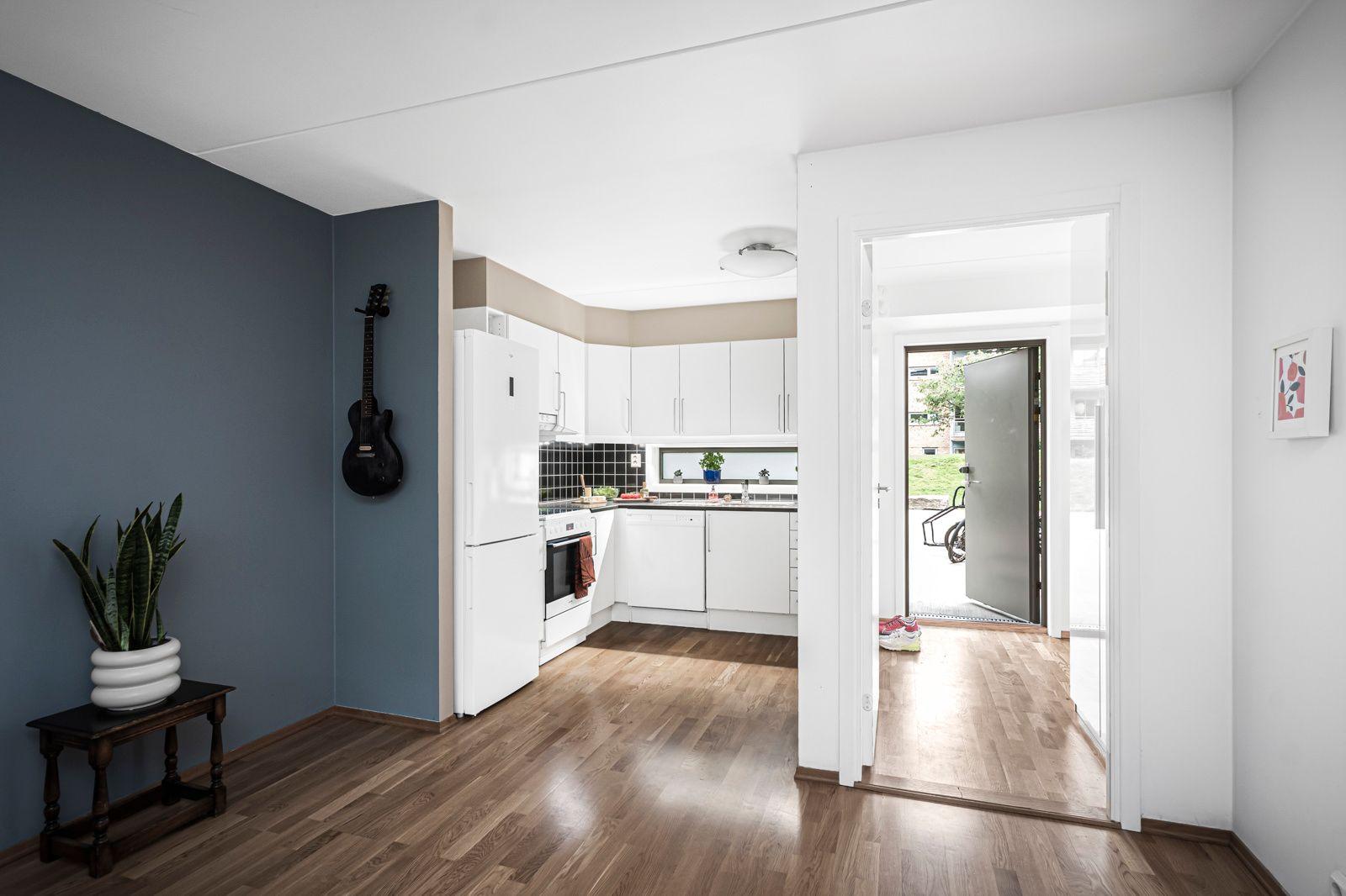 Alnagata 20B Komfyr med keramisk platetopp, oppvaskmaskin og kombinert kjøleskap med frys (2017) medfølger handelen.