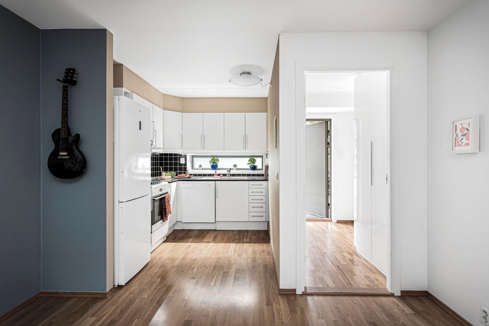 Alnagata 20B Kjøkkenet har en åpen løsning mot stue med en pen innredning fra Sigdal.